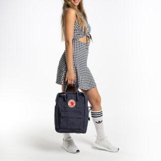 Рюкзак Канкен классик серый на девушке