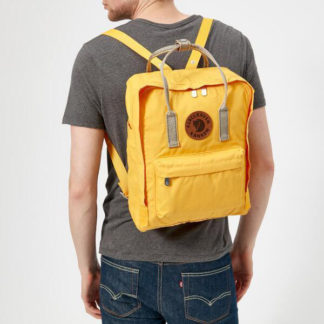 Рюкзак Fjallraven Kanken желтый на мужчине