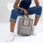 Серый рюкзак Канкен с полосками фото на человеке