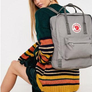 Серый рюкзак Канкен с полосками на девушке